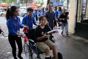 Thi THPT quốc gia 2019: Nhiều thí sinh ngồi xe lăn đến dự thi