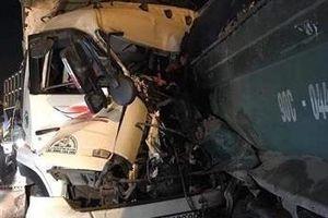 Hai xe tải đâm nhau trên cầu Thanh Trì, 2 người tử vong