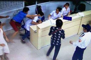 Tạm giữ đối tượng đấm đạp, bóp cổ nữ điều dưỡng tại trung tâm y tế
