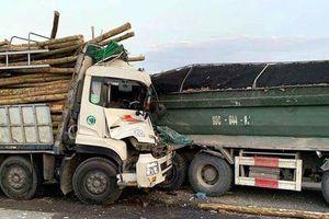 Hà Nội: Xe tải 'cắn đuôi' nhau trên cầu Thanh Trì, 2 người tử vong