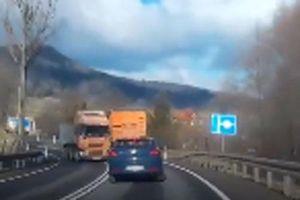 Tai nạn kinh hoàng do ôtô bị nổ lốp trên đường
