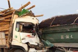 Hà Nội: Hai người tử vong tại chỗ sau va chạm giữa 2 xe tải trên QL5