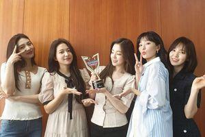 Không tham gia trình diễn, Red Velvet vẫn xuất sắc 'rinh' cúp chiến thắng đầu tiên cho 'Zimzalabim' tại Show Champion
