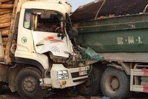 Hai xe tải va chạm trên cầu Thanh Trì, tài xế và phụ xe t.ử v.ong trong cabin