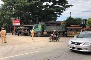 Xe tải đâm xe máy 'kẹp' 4, 2 người tử vong tại chỗ