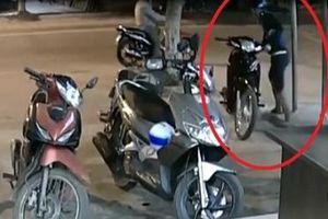 Hà Nội: Bộ đôi 'đạo chích' chuyên trộm xe máy sa lưới