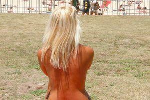 Nhiều phụ nữ Đức đòi để ngực trần vì nắng nóng