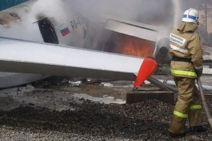 An-24 gặp trục trặc, lao vào nhà máy xử lý rác thải ở Nga