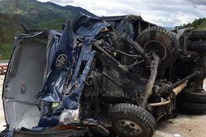 Xe tải mất lái lật trên đèo Lò Xo, 3 người bị thương