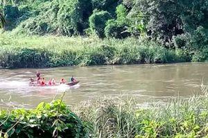 Nỗ lực cứu sống vợ và con, người đàn ông bị nước cuốn mất tích