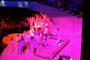 Clip: Ariana Grande hạnh phúc khi được hàng ngàn khán giả hát chúc mừng sinh nhật ngay trên sân khấu