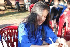 Chỉ bằng bức ảnh chụp góc nghiêng 'thần thánh', nữ sinh tiếp sức mùa thi ở Nghệ An cũng gây 'sốt' thế này đây!