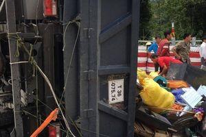 Xe tải chưa cấp BKS lật trên đèo Lò Xo làm 3 người bị thương