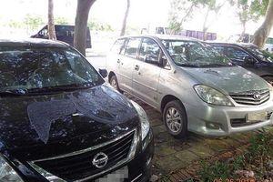 2 ô tô nghi bị kẻ xấu đổ hóa chất