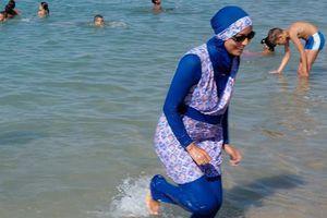 Hồ bơi Pháp đóng cửa vì phụ nữ mặc áo choàng xuống hồ