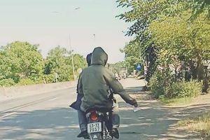 Huế: 3 đối tượng đi xe máy trùm mặt rải tờ rơi cho vay tiền la liệt mặt đường