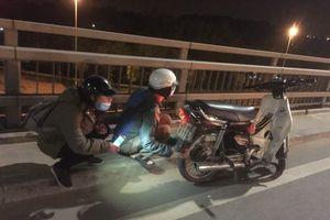 Đội bơm, vá xe miễn phí trên cầu Nhật Tân
