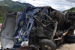 Kon Tum: Xe tải mất lái lật nghiêng trên đèo Lò Xo