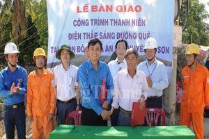 Đoàn Thanh niên Bộ Công Thương bàn giao công trình 'Thắp sáng đường quê' tại huyện đảo Lý Sơn.
