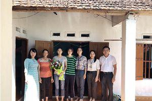Hoành Bồ tặng quà cho 6 gia đình khó khăn