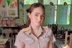 Cô giáo Thái bỗng nổi tiếng nhờ màn high-five đón học sinh mỗi sáng