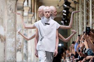 Người mẫu '3 đầu 6 tay' xuất hiện trên sàn diễn thời trang