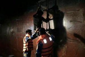 Phối hợp đưa 8 ngư dân bị nạn trên biển vào cảng Hòn La an toàn