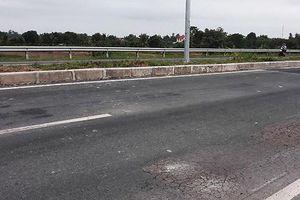 Bộ GT-VT yêu cầu khẩn trương sửa chữa hư hỏng mặt đường dẫn lên cầu Vàm Cống