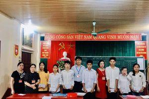 Tình cảm ấm áp của 'giám thị đại học' với giáo viên, học sinh miền núi