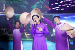 Phạm Phương dịu dàng trong tà áo dài khi hát về quê hương Cố Đô