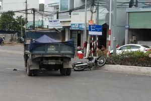 Va chạm với xe tải đi ngược chiều, một người đi xe máy nguy kịch
