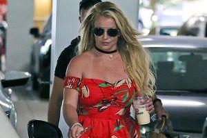 Britney Spears mặc áo trễ vai, lộ vóc dáng đẫy đà khi ra phố mua sắm