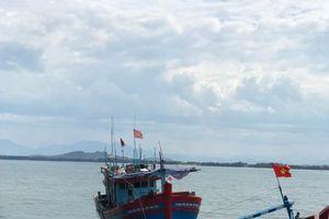 Cứu 8 người trên tàu cá bị chìm trên biển vào bờ an toàn