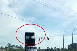Thùng xe container đột ngột bị vướng vào dây đèn giao thông ở Mỹ