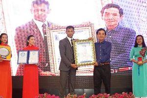 Họa sĩ Đoàn Việt Tiến lập kỷ lục thế giới vẽ 12 bức tranh ngược trên kính cường lực