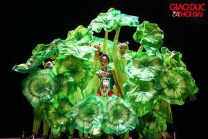 Kinh ngạc với màn biến ảo sắc màu của gần 100 vũ công nhí