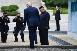 Khoảnh khắc lịch sử: Tổng thống Mỹ đặt chân lên lãnh thổ Triều Tiên