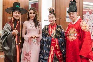 Hoa hậu Stella Đào diện áo dài nền nã tham dự sự kiện tại Hàn Quốc