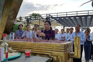 Phó Chủ tịch Thường trực Quốc hội Tòng Thị Phóng dâng hương tri ân các anh hùng liệt sỹ tại Quảng Trị