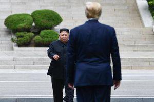 Khoảnh khắc lịch sử ông Trump đặt chân lên đất Triều Tiên