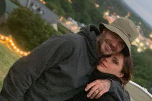 David - Victoria Beckham 'khóa môi' ngọt ngào giữa chỗ đông người