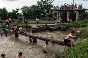 Clip: Nóng 40 độ C, hàng trăm thanh thiếu niên rủ nhau giải nhiệt trên kênh thủy lợi ở Hà Nội