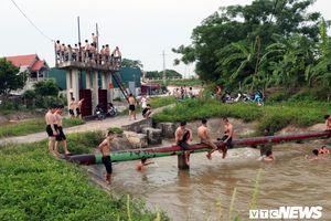 Thanh thiếu niên rủ nhau giải nhiệt ở trạm bơm thủy lợi giữa Hà Nội