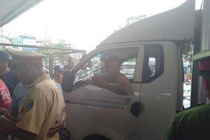 Hà Nội: Gây tai nạn còn lao xuống đấm người lái xe máy, nam tài xế bị người dân chặn xe nhưng nhất quyết cố thủ gần 1 tiếng đồng hồ