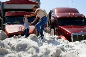 Mưa đá kỷ lục ở Mexico giữa nắng hè, chôn vùi hàng loạt ôtô