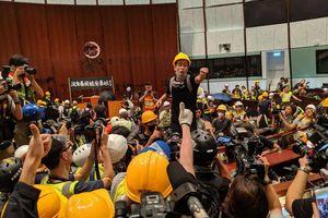 Người biểu tình Hong Kong xông vào tòa nhà cơ quan lập pháp