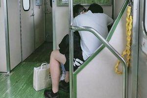 Phản cảm cặp đôi vô tư 'diễn nóng' trên tàu điện