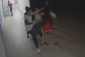 Hà Nội: Công an vào cuộc vụ cô gái bị 'đánh hội đồng' tại hành lang chung cư Thanh Hà lúc nửa đêm
