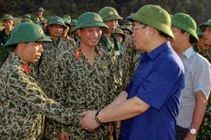 Phó Thủ tướng Vương Đình Huệ thăm hỏi, động viên lực lượng chữa cháy rừng ở Hà Tĩnh