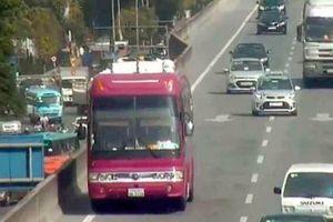 Lái xe ô tô biển Lào đi lùi 2km bị CSGT phạt 1 triệu đồng